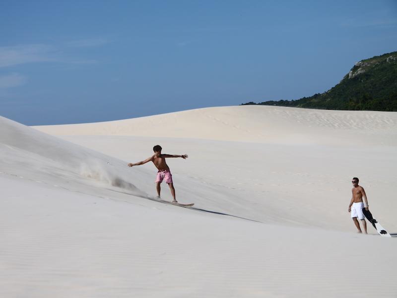 Die Dünen vom Strand Joaquina hinuntersurfen